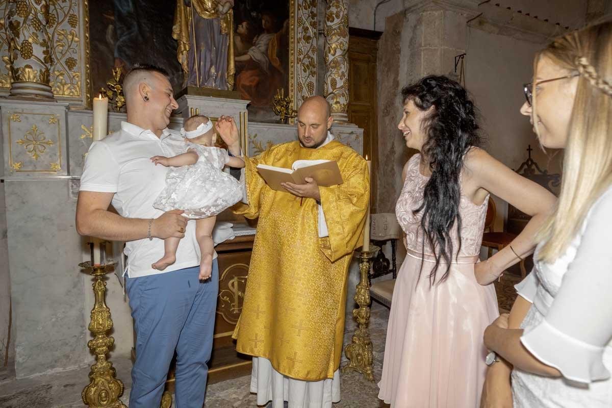 bapteme-catholique-religieux-ceremonie-bebe-enfant-saint-maximin-trets-pourrieres-paca-aix-provence-toulon-var-photographe-photo-reportage