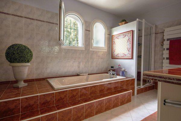 real-state-house-sale-rental-apartment-photo-guest-provence-aix-toulon-bathroom-sylvie-berthoz-eucleia-professional-marseille-monaco-france-south